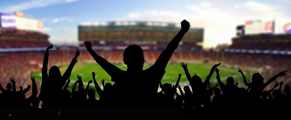 Silhuotten von Fans im Stadion