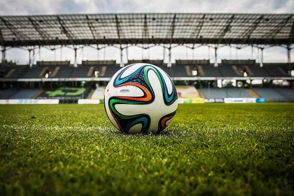 Ball auf Feld im Stadion liegend