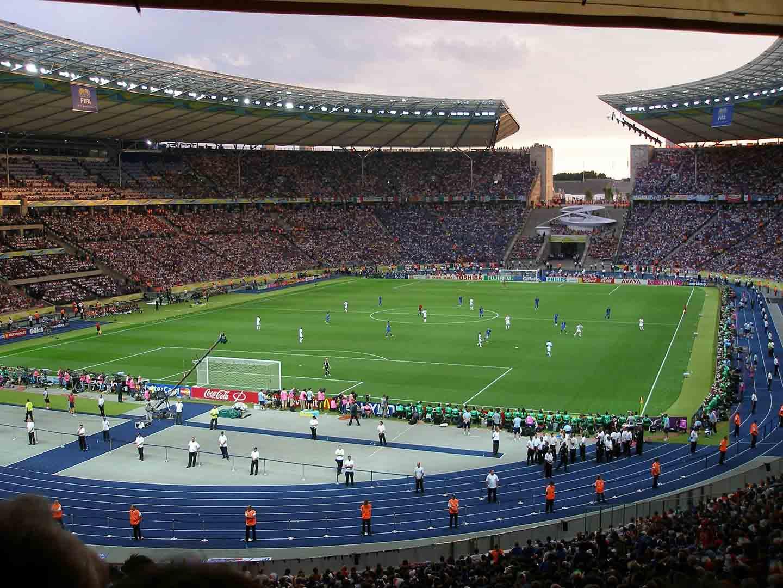Gefülltes Fußballstadion bei Sonnenuntergang