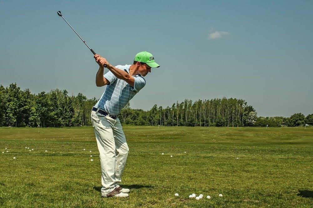 Golfspieler beim Schwung holen auf dem Golfplatz - US Masters